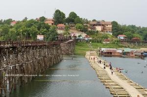 ปัจจุบันชาวบ้านช่วยกันสร้างสะพานลูกบวบนั่นคือไม้ไผ่นั่นเอง ตอนแรกนึกถึงบวบเขียวๆ จะเป็นสะพานไงหว่า