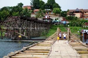ตรงกลางทำสะพานโค้งยกขึ้นให้เรือลอดผ่าน