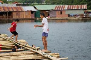 เด็กๆชาวมอญเล่นน้ำกัน