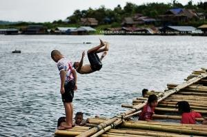 คิดไปเองป่ะหว่าว่าสำหรับเด็กๆแล้วแบบนี้ดีกว่า เพราะสามารถโดดเล่นน้ำกลางแม่น้ำซองกาเลียได้เลย