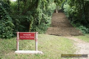 ทางขึ้นกว้างและสูง  เดินเรียกเหงื่อได้พอสมควร