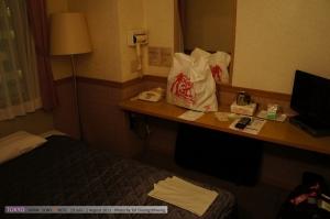 ห้องพักแบบพอดีขนาดเตียง ห้องนึงแบ่งเป็นสองฝั่ง ฝั่งละเตียง ห้องน้ำอยู่ตรงกลาง