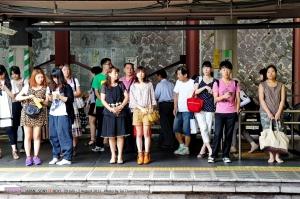 ระหว่างรอก็ถ่ายคนรอ คนญี่ปุ่นนี่ดูดีนะ ถึงจะอายุมากก็ยังดูดี (แต่ไมไ่ด้แปลว่าสวยนะ)