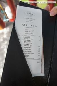 เช็คบิล...ถูกกว่าที่คิดไว้เยอะมาก จากที่เข้ามาฝรั่งเต็มร้านทั้งทำอาหาร ทั้งเสิร์ฟ (มีเด็กเสิร์ฟคนไทยคนนึง) เรตราคาประมาณร้านตึกแถวเลย (ดีกว่าไปโดนคนไทยโขกราคาเยอะ) น่าอุดหนุนนะ ไว้คราวหน้าถ้ามาอีกจะลองสั่งอาหารแปลกๆมั่ง
