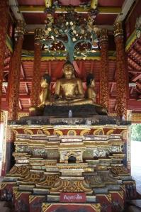 พระพุทธรูปตรงกลาง