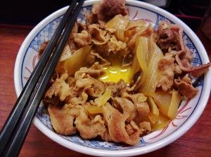 ร้านอาหารญี่ปุ่นแถวสุขุมวิท (เพื่อนพาไป จำชื่อร้านไม่ได้) รสชาติเฉยๆ สู้ข้าวหน้าเนื้อของโออิชิไม่ได้ มีดีที่เอาไข่ดิบตอกราด (จ่ายเพิ่ม 15 บาท) อร่อยดี