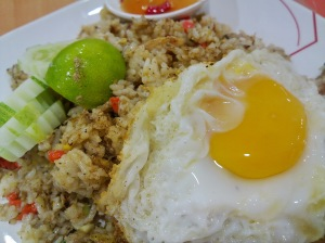 ข้าวผัดปูไข่ดาวเยิ้มๆที่ศูนย์อาหารตั้งฮั่วเส็งธนบุรี