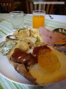 มื้อเช้าของโรมแรมเทวราช มีให้เลือกเยอะและอร่อยมาก