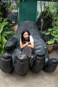 ลิงตัวเล็กในมือลิงใหญ่