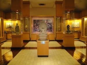 ชั้นบนแบ่งเป็น 2 ห้องคือห้องบุคคลสำคัญซึ่งไม่ได้สนใจเลยไม่เข้า กับห้องวัตถุโบราณทางพุทธศาสนา