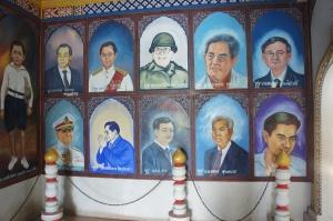 รูปวาดมีทั้งนักการเมือง และกษัตริย์ไทย ลายวาดประมาณกำแพงโรงเรียน