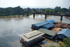 มองเห็นสะพานข้ามแม่น้ำแคว ฝั่งตรงข้ามเจ้าแม่กวนอิมนั่นเขาว่าบดบังทัศนียภาพนะครับ แต่ไอแพร้านอาหารที่กั้นไปครึ่งแม่น้ำนี่ไม่บังเลยครับ สงสัยเส้นใหญ่