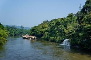 น้ำตกไหลลงสู่แม่น้ำแควน้อยโดยตรงอย่างนี้เลย ซึ่งที่นี่เป็นน้ำตกเดียวในเมืองไทยที่มีลักษณะแบบนี้