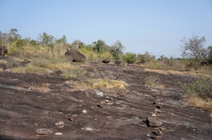 ทางเดินไปรอยพระบาทหลังเต่านี้เขาวางหินเป็นแนวทางให้เดินไว้