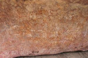 บนแผ่นหินขนาดใหญ่นั่นมีร่องรอยการขีดเขียนของคนโบราณอยู่เต็มไปหมด