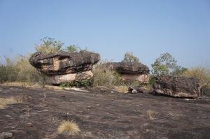 ภาพเขียนสีกลุ่มเพิงหินด่านใหญ่ เขาว่ามีรอยยึกยืออยู่หกจุด แต่ตรงนี้หาไม่เจอสักจุด
