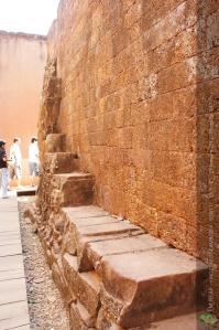 ที่ลานพระเจ้าขี้เรื้อนนี้มีทางเดินกว้างประมาณ 2 เมตร และมีการแกะสลักตลอดทางสูง 3 เมตร