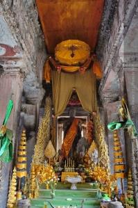 พระพุทธรูปที่อยู่กลางสุด สูงสุด คาดว่าใต้นั้นมีศพของพระเจ้าสุริยะวรมันที่ 2 อยู่
