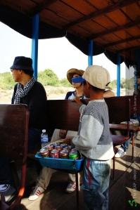 เด็กโดดจากเรือไปเรืออย่างคล่องแคล่วเพื่อขายของ