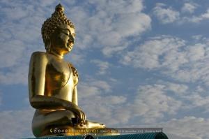 จากจุดชมวิว เห็นพระพุทธรูปองค์ทองอร่ามมาแต่ไกล