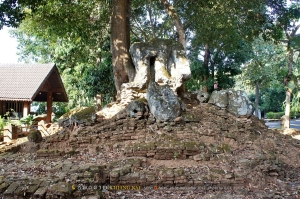 พระเชียงแสนสิงห์หนึ่งองค์จริงอยู่นอกวิหาร สร้างเมื่อพันสามร้อยกว่าปีก่อน