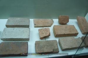 แผ่นดินเผาที่พบในบริเวณเมืองเชียงแสนอายุราวพุทธศตวรรษที่ 15-19