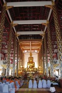 พระประธานในวิหาร ส่วนองค์เล็กที่อยู่ข้างหน้านั้นคือพระเจ้าค่าคิง