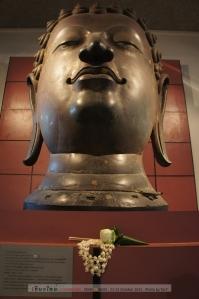 เศียรพระพุทธรูปแสนแซว่ จากวัดยางกวง อ.เมืองเชียงใหม่ สูง 182 ซม. น่าจะมีอายุช่วงพระเจ้าติโลกราช