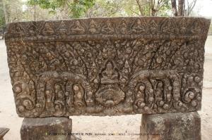 ทับหลังจากปราสาทประธานเป็นรูปของพระอินทร์ประทับเหนือหน้ากาล เป็นศิลปะแบบบาปวน