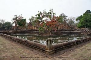 ปราสาทเมืองต่ำนี้แม้จะไม่มีพระปรางค์สูงเด่นแบบปราสาทพนมรุ้ง แต่ก็มีคูน้ำล้อมรอบปราสาท สวยงามไปอีกแบบ
